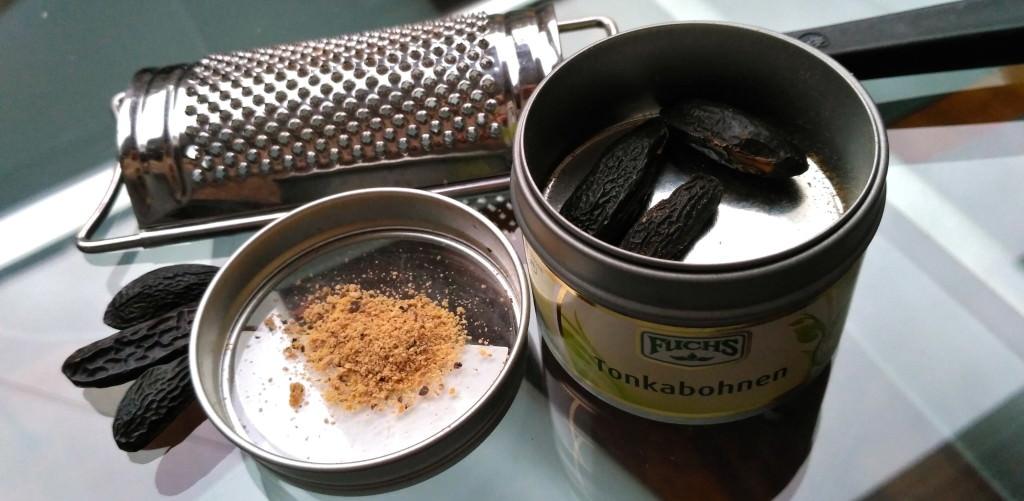 Tonkabohnen reiben Sie am besten mit der Muskatreibe und bewahren das Pulver in einem gut verschlossenen Gefäß auf. Wegen des Gehalts an Cumarin soll die Tonkabohne nur mit Bedacht verwendet werden.